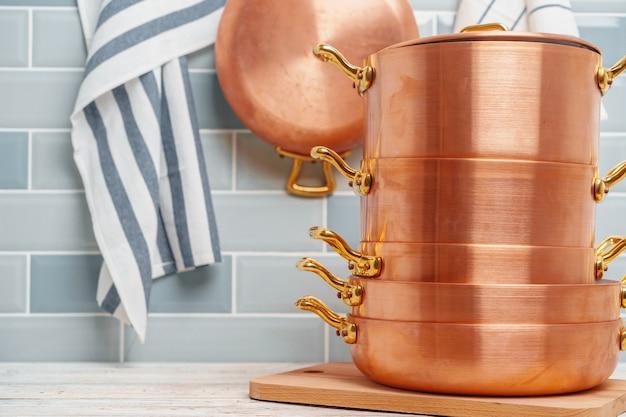 Moderne keukendetails met dichte omhooggaand van het koperkeukengerei
