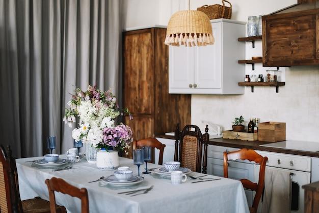 Moderne keukeninrichting in rustieke stijl