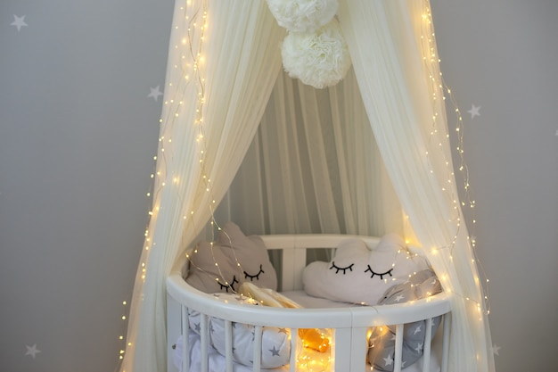 Moderne kinderkamer hangende witte luifel met wieg decor kinderkamer