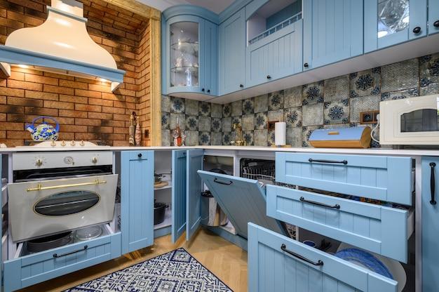 Moderne klassieke luxe keuken en eetkamer lades en deuren open