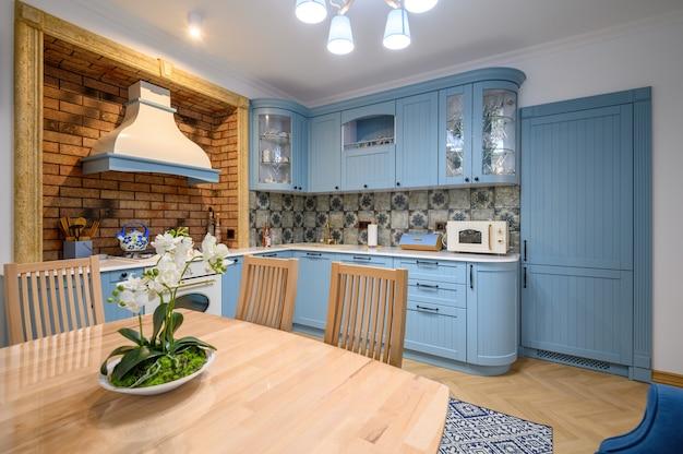 Moderne klassieke luxe keuken en eetkamer