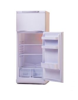 Moderne koelkast die op wit wordt geïsoleerd