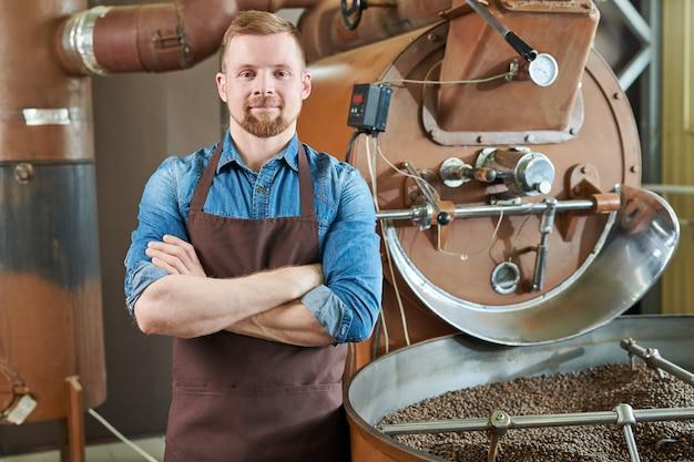 Moderne koffiebrander poseren in de koffiefabriek