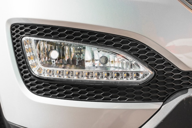 Moderne koplamp van zilveren auto