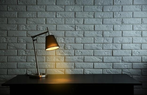 Moderne lamp op het bureau op witte muurachtergrond