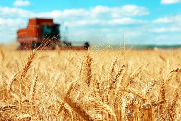 Moderne landbouwmachines op het veld