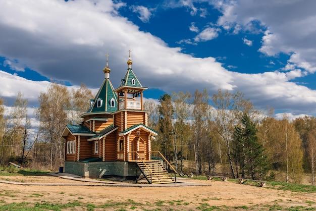 Moderne landelijke houten kerk van de christelijk-orthodoxe religie in rusland