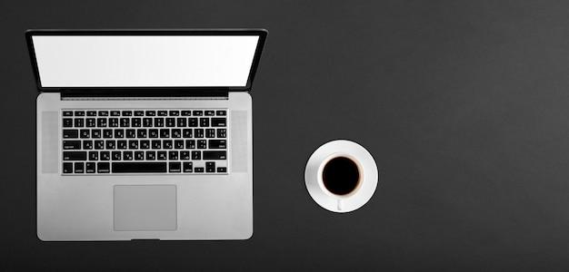 Moderne laptop computer geïsoleerd op de zwarte achtergrond