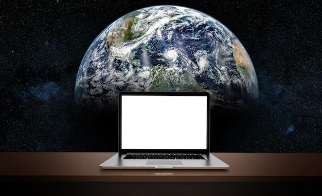Moderne laptop die op aardeachtergrond wordt geïsoleerd.