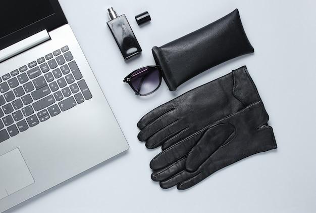 Moderne laptop, vrouwen accessoires op grijze tafel. bovenaanzicht