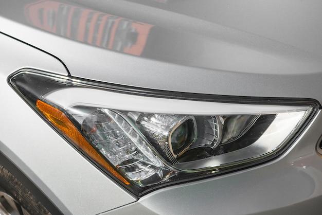 Moderne led-koplamp van zilveren auto