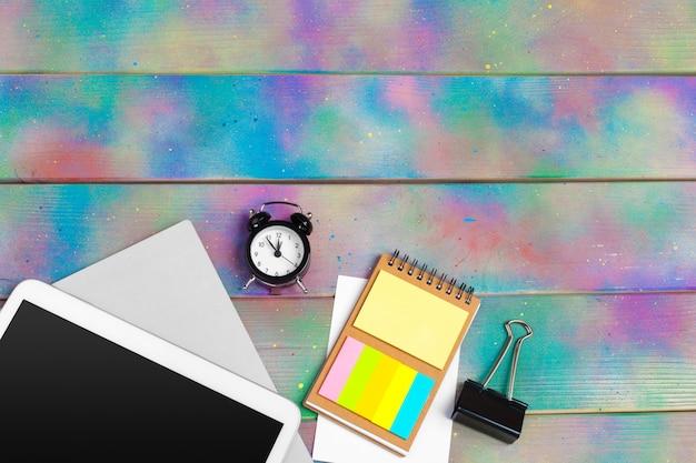 Moderne lege digitale tablet met papieren en pen op een houten bureau. bovenaanzicht van hoge kwaliteit