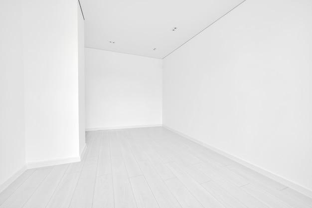 Moderne lichte witte lege woonkamer met raam.