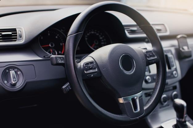 Moderne luxe auto interieur stuurwiel versnellingspook en dashboard auto-interieur luxe binnen stuurwiel dashboard snelheidsmeter display:
