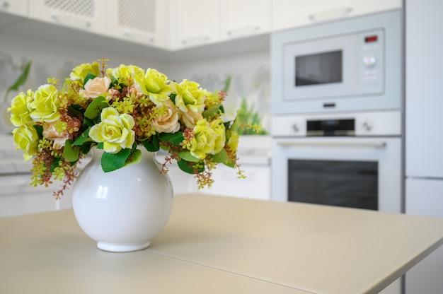 Moderne luxe keuken en eetkamer