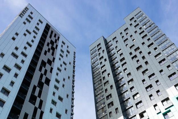 Moderne luxe woningbouw tegen de hemel.