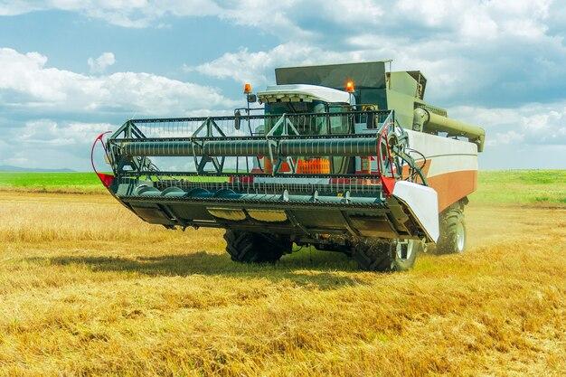 Moderne maaidorser, landbouwmachine voor het oogsten van graangewassen