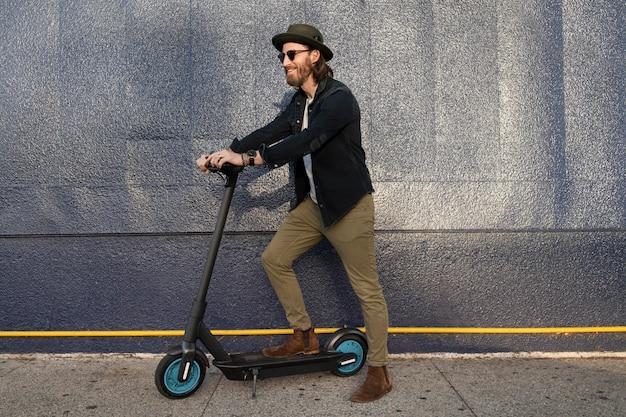 Moderne man die tijd doorbrengt in de stad