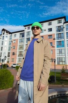 Moderne man in een herfstjas