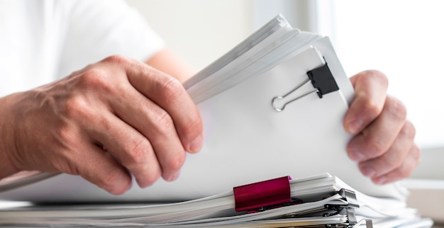 Moderne man man zakelijke documenten schikken