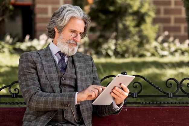 Moderne man met baard browsen tablet