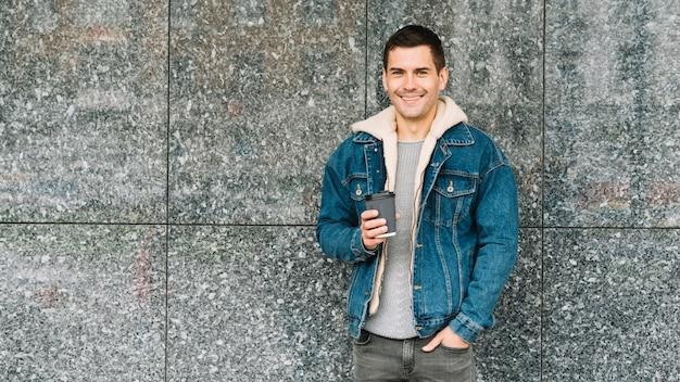 Moderne man met een koffiekopje in de stedelijke omgeving