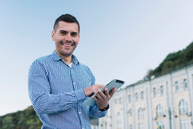 Moderne man met tablet in stedelijke omgeving