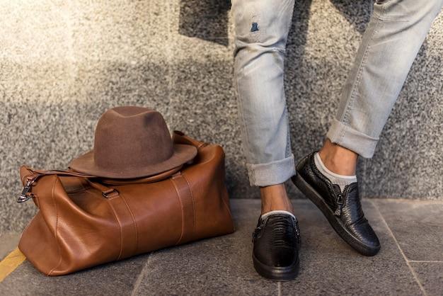 Moderne man mooie casual kleding dragen