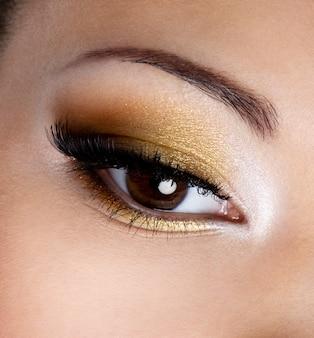 Moderne maniermake-up van een vrouwelijk oog - macroschot