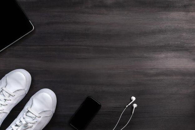 Moderne mannen mode-accessoires en elektronische apparaten op donkere houten
