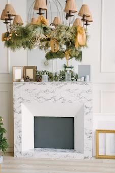 Moderne marmeren open haard in de woonkamer of eetkamer, gedecoreerd voor kerstmis