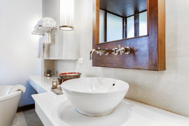 Moderne marmeren wastafel in een toilet