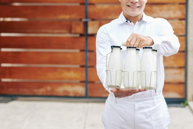 Moderne melkboer die melk aanbiedt