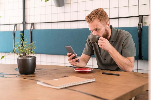 Moderne mens die zijn telefoon bekijkt