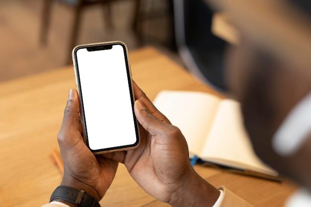 Moderne mens die zijn telefoon controleert