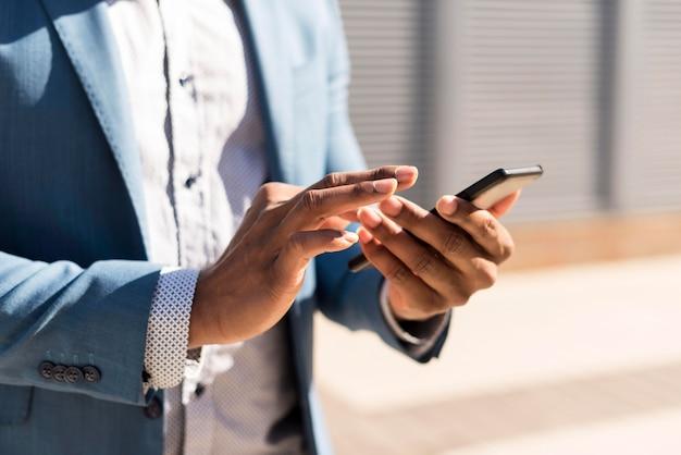 Moderne mens die zijn telefoon met exemplaarruimte controleert