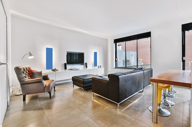 Moderne meubels in een lichte woonkamer