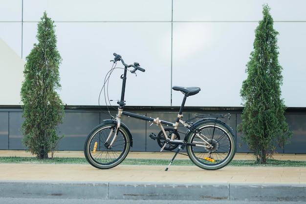 Moderne milieuvriendelijke fiets buitenshuis