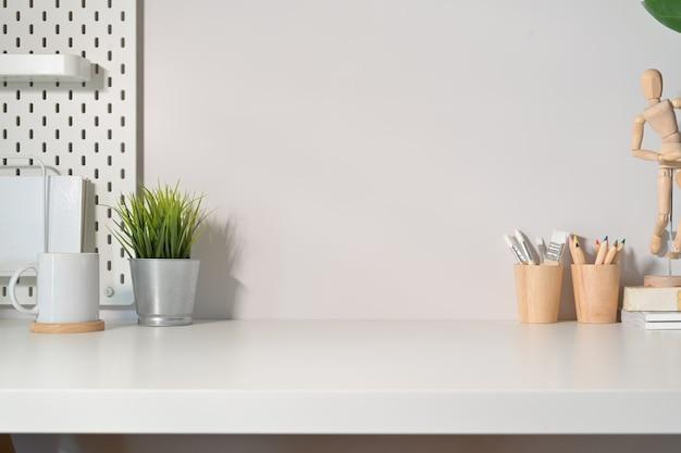 Moderne minimalistische tafel van de bureauwerkruimte en exemplaarruimte