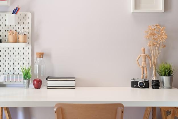 Moderne minimalistische werkruimtebureau en exemplaarruimte
