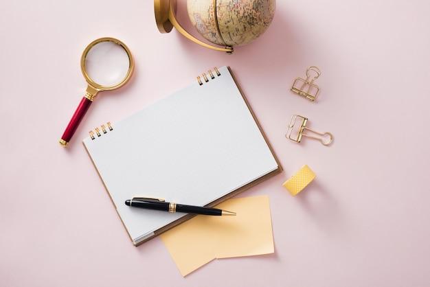 Moderne mock-up plat leggen van notebook en briefpapier op roze achtergrond - concept van creatieve werkruimte work