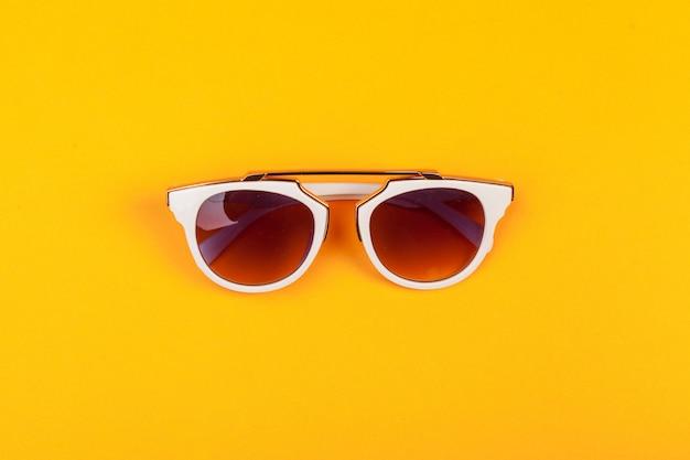 Moderne modieuze bril geïsoleerd