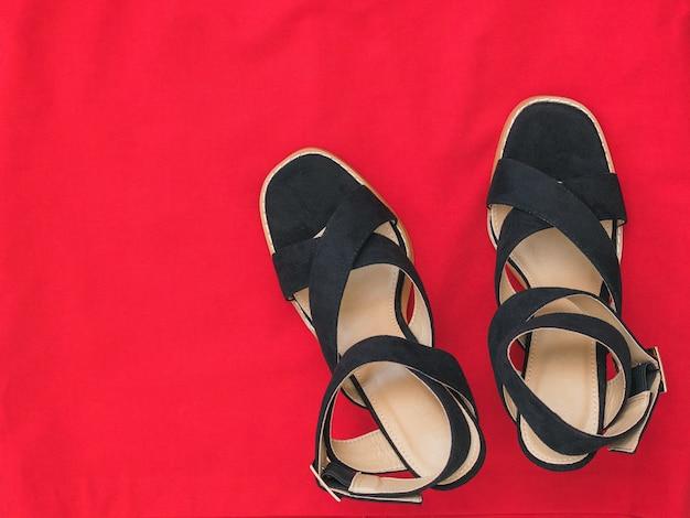Moderne modieuze zomer damesschoenen op rode stof