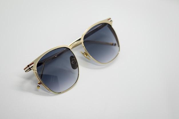 Moderne modieuze zonnebril op witte achtergrond, bril