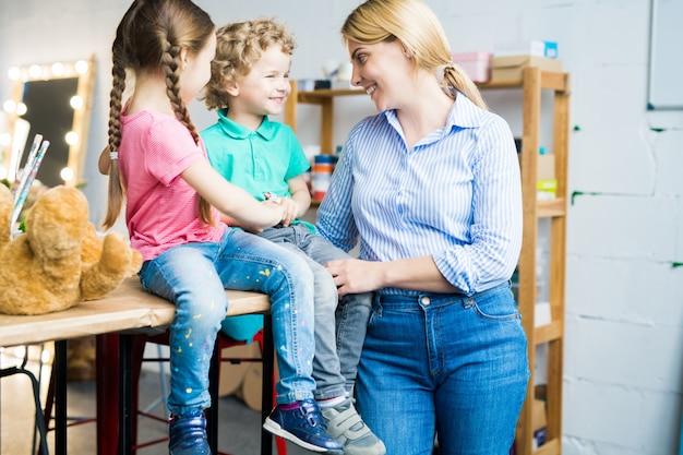 Moderne moeder met twee schattige kinderen