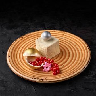Moderne mousse cake omhuld met witte chocolade velours. dessert franse keuken