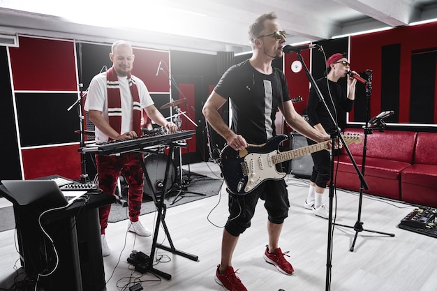 Moderne muziekgroep op oefenbasis, trackalbum opnemen