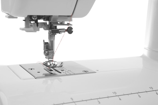 Moderne naaimachine met draad, close-up