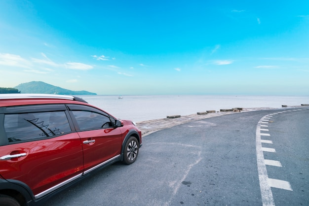 Moderne nieuwe rode suv-auto op de weg
