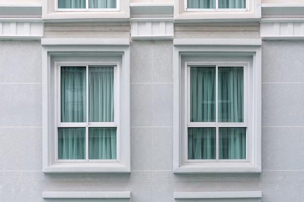 Moderne nieuwe woningbouwramen met gordijn uv-bescherming binnen. buiten uitzicht.